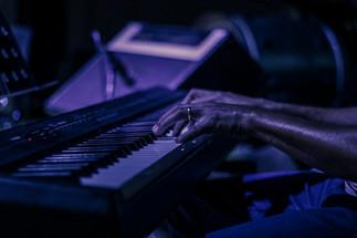 Homem tocando teclado