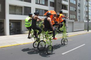 La Maquina Teatro Experimental cruzando la ciudad de Lima sobre una bicicleta para 6 personas