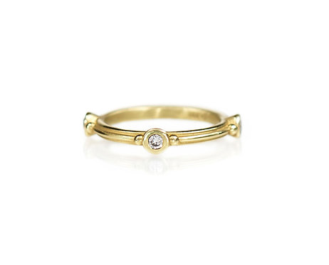 straight ripple ring with three diamonds in 18kt yellow