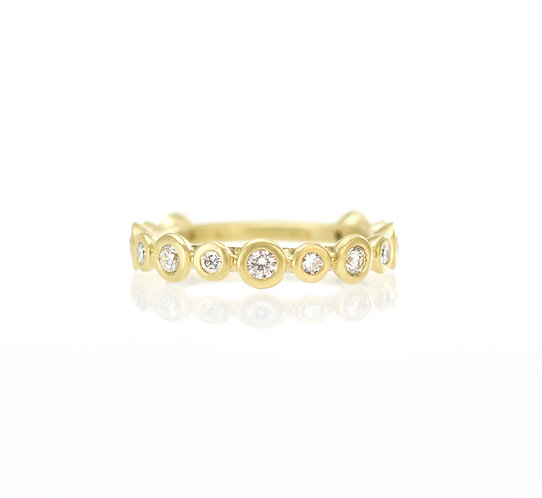 alternating large and small diamond band in 18kt matte