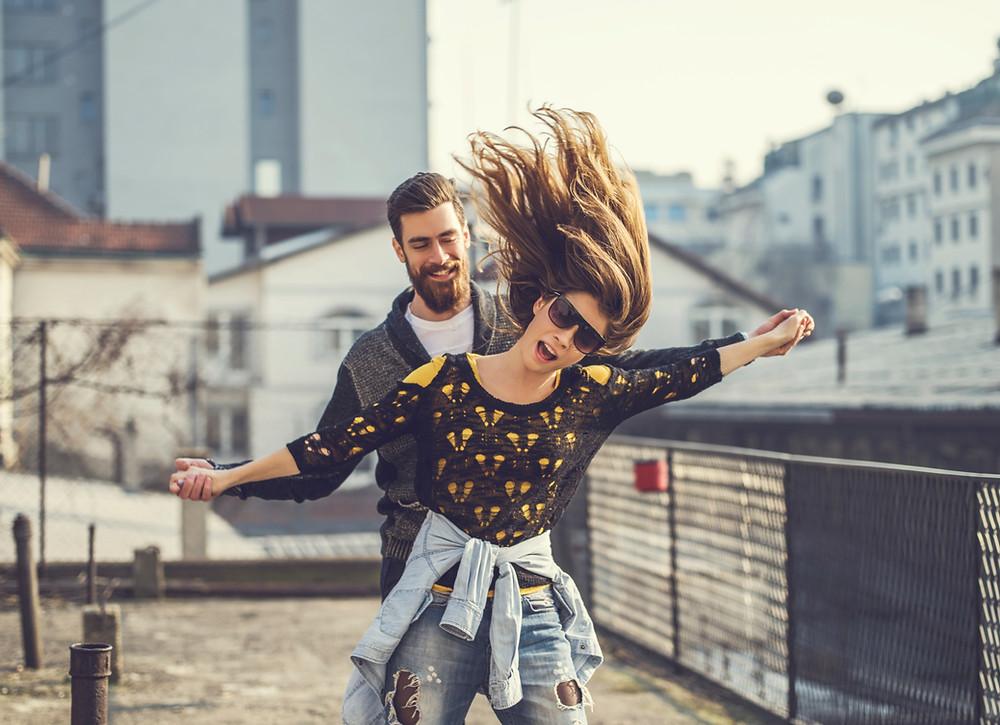 homem e mulher felizes futuro saúde implante, siso, ortodontia autoligado e aligners em Osasco