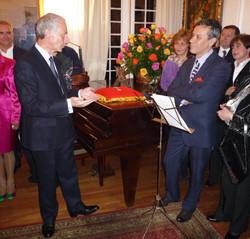 Condecoración de Pedro Ruiz con la Orden de Caballero de las Artes y Letras.