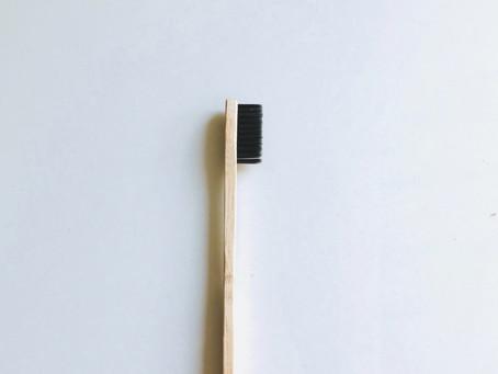 Sikat Gigi Plastik vs Sikat Gigi Bambu, kamu pilih yang mana?