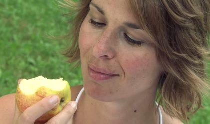 manger une pomme.jpg