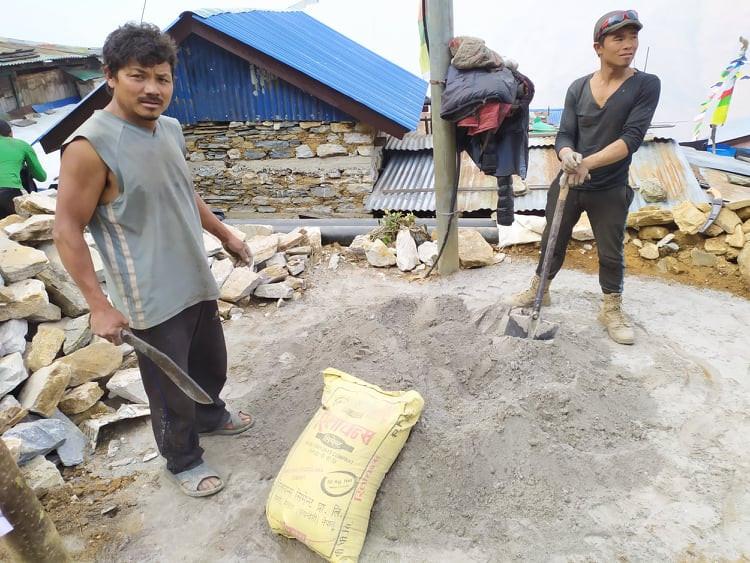 Le sac de ciment s'ouvre au kukuri, couteau emblématique du Népal