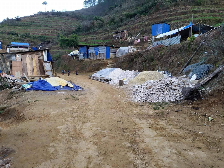 Les matériaux de construction arrivent au village