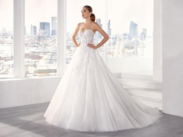 Vestido de noiva com corte A, em tule com aplicações de renda floral ecorpete transparente com barbatanas.