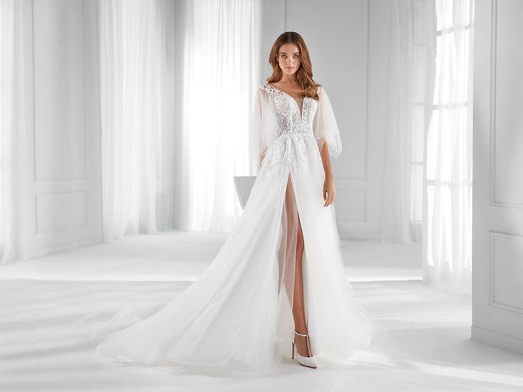 Vestido de noiva boho, leve e fluido, com costas abertas e saia com fenda que ajuda a alongar a silhueta