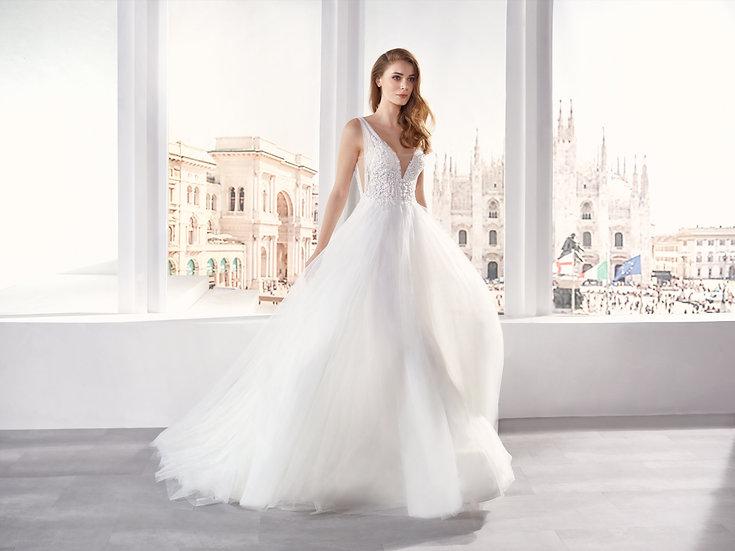 Vestido de noiva delicado, estilo princesa, comcamadasde tule e um efeito drapeado no peito e costas. O decote em V profund