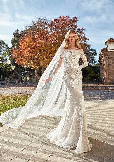 Um mix de rendas exclusivas envolvem as curvas com flores e bordados delicados, criando um vestido sereia deslumbrante.
