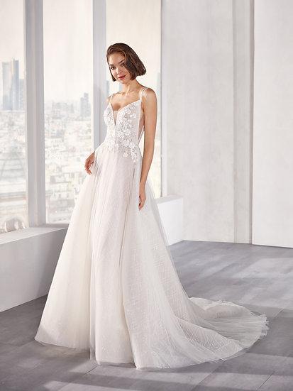 Cheio de sofisticação e leveza, esse vestido vai fazer você brilhar com sua saia de glitter e aplicações deflores tridimens