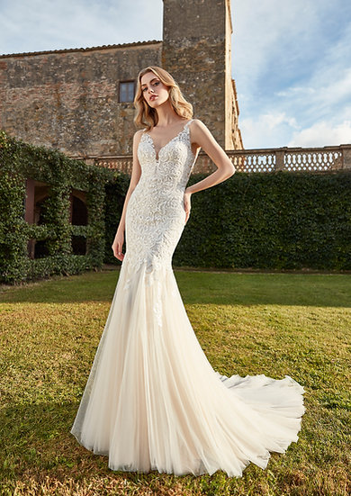 Vestido de noiva clássico, modelo sereia elaborado com renda arabesca que destaca as silhueta da noiva, costas abertas e mar