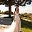 Vestido de noiva boho, com aplicações florais e abertura sensual na perna, costas abertas com um cordão de pedraria.