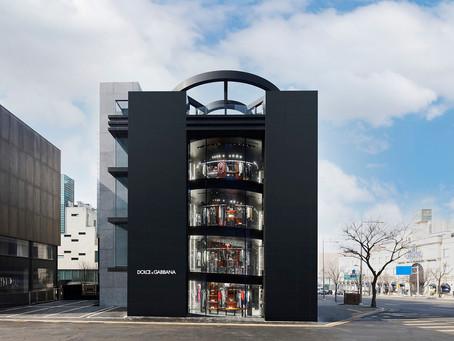 Ateliers Jean Nouvel envolve a loja da Dolce & Gabbana em Seul com quatro pilares de granito preto