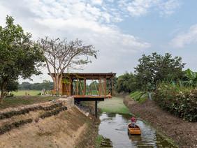 Natura futura arquitectura ergue salão de chá com estrutura de madeira em canal de água no Equador