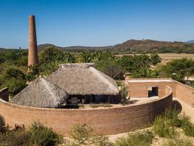O pavilhão de argila de Álvaro Siza, no México, promove o conhecimento e as técnicas de argila