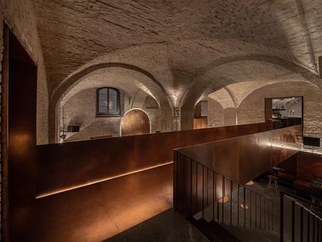 Restaurante em edifício histórico com ponte de cobre em Kiev