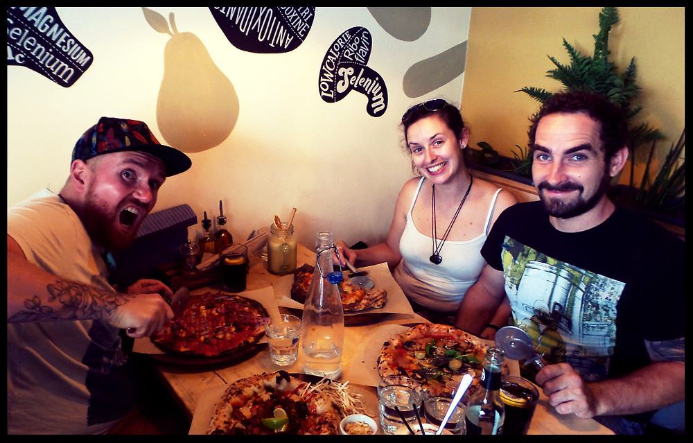 vegan pizza in Purezza, with the meat-eaters :-P