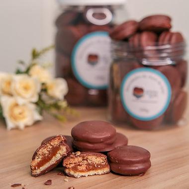 Biscoitinhos recheados de doce de leite com banho de chocolat