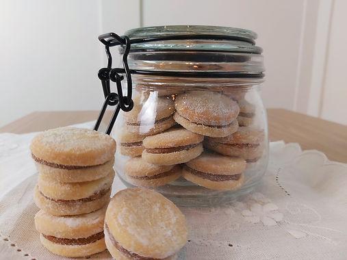 Biscoitinhos recheados de doce de leite no pote de vidro