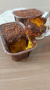 Mini bolo de cenoura ou de chocolate com calda de brigadeiro