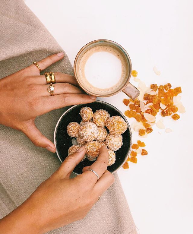 Snacktime👌🏼 apricot-almond bliss balls