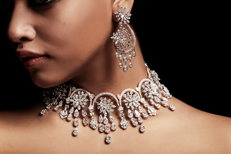 Intricate diamond choker with teardrop details.