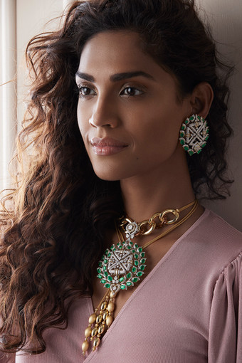 A statement choker-earring suite with oversized links, multiple chains with gold drops (in matte and hi-gloss finish), composed of diamonds and emeralds.