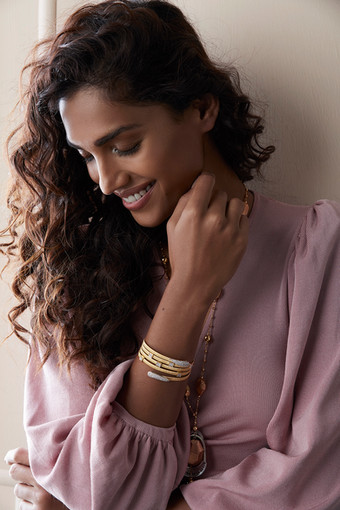 Stretchable and easy-to-wear bracelet that fluidly wraps around your wrist and layers for maximum effect. Interwoven gold with diamond accents, in legendary Italian workmanship.