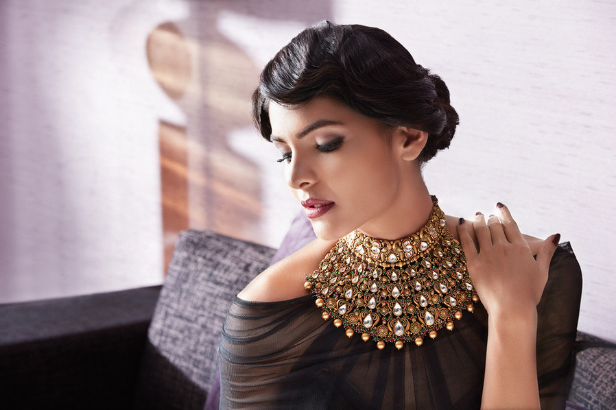 Stunning gold necklace with kundan work.