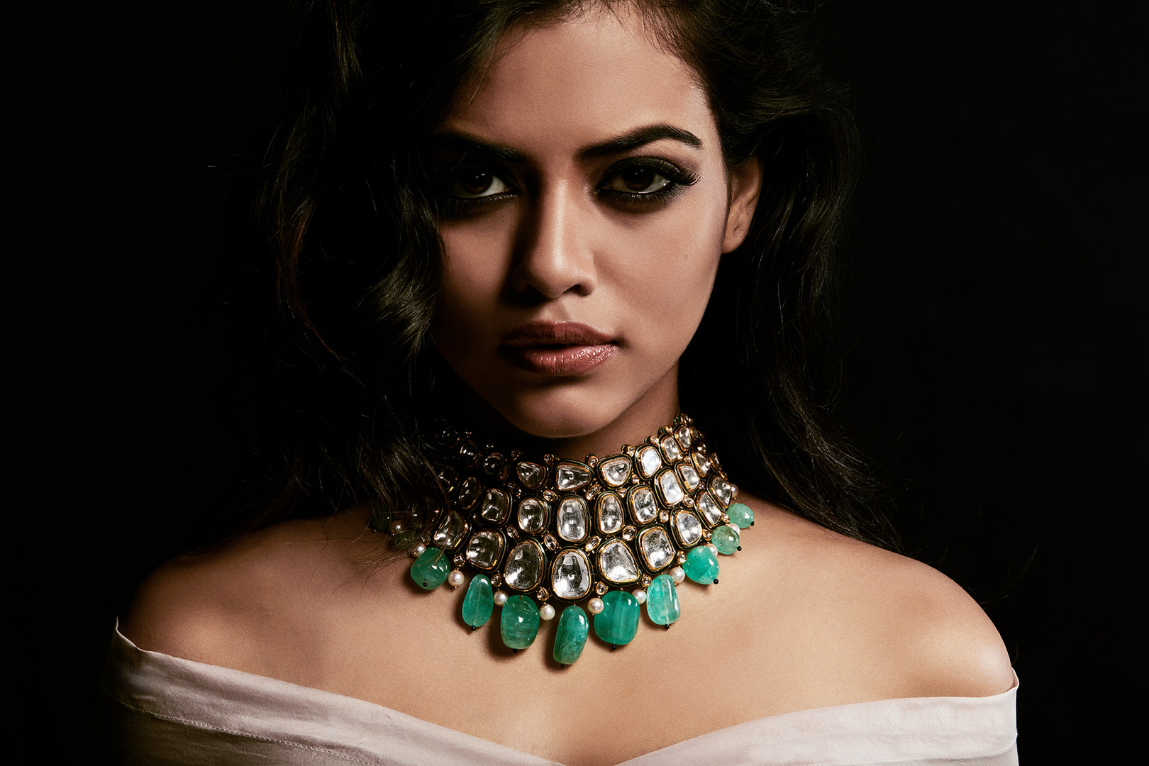 Bold and mysterious diamond polki choker with emerald drops.