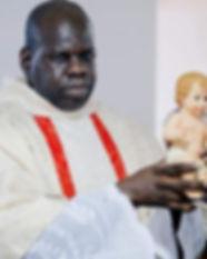 Padre Marcelo com o menino Jesus.jpg