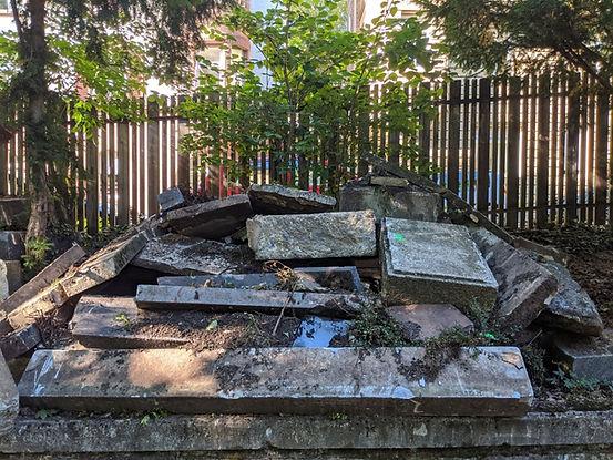 Grabmalhalde mit abgebrochenen Grabstein