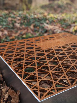 Liegendes Modernes  Grabmal oder Grababdeckung aus Stahl