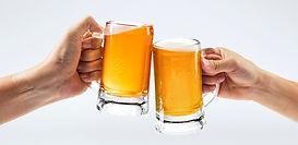maenner-die-mit-bier-auf-weissem-hinterg