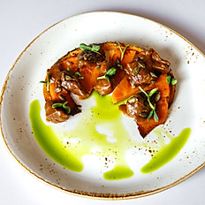 Теплый салат с томленой говядиной и печеной тыквой