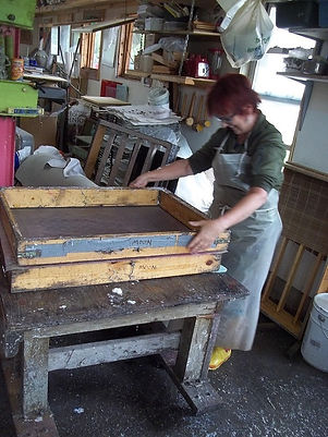 Preparing the mold for papermaking 2019.