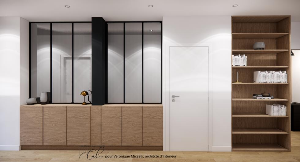 Le couloir avec de grands miroirs verrières pour ouvrir l'espace