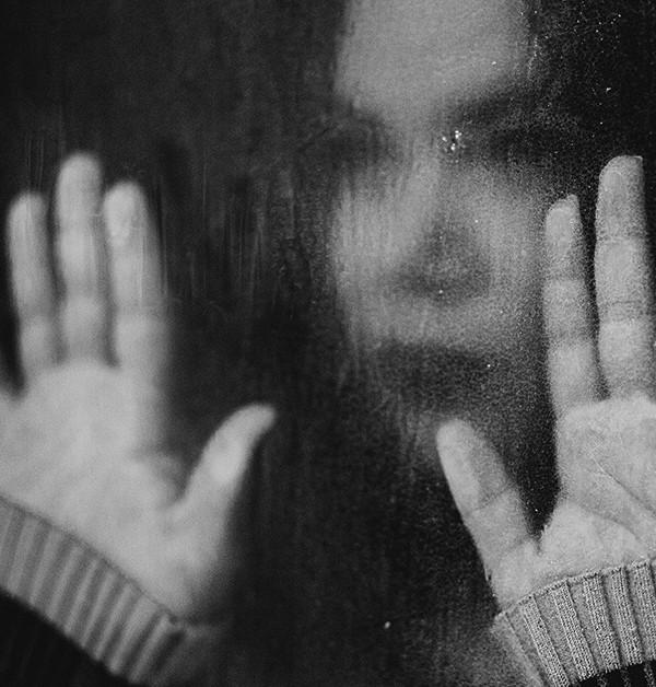 svartvit bild på kvinna i fönster