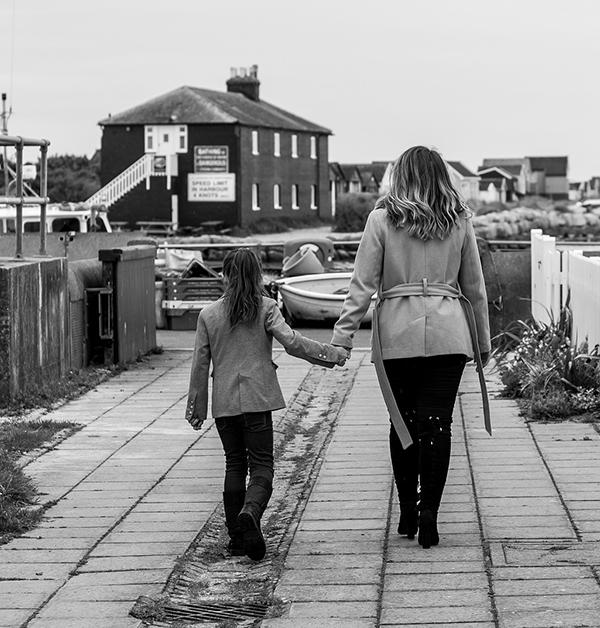svartvit bild på kvinna och dotter som går bortåt