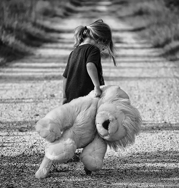 svartvit bild på barn med nallebjörn