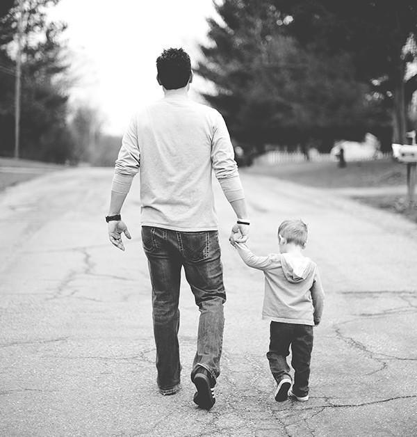 svartvit bild på man med barn