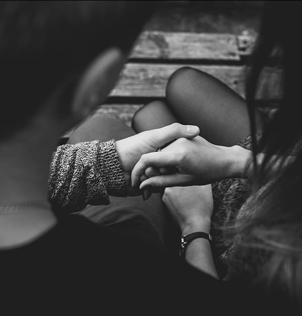 svartvit bild på man och kvinna som håller hand - text om psykisk misshandel