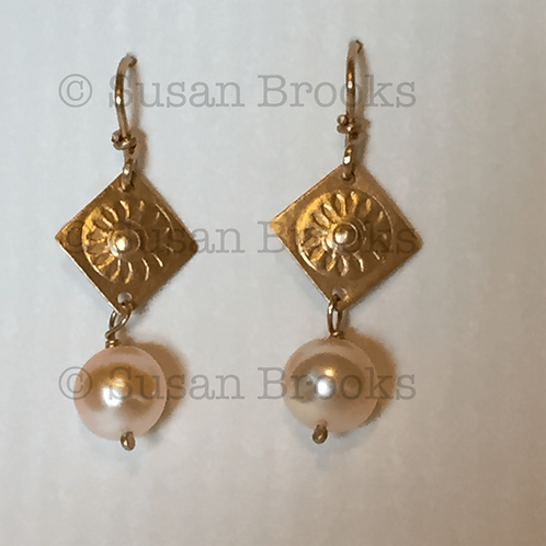 Earrings: gold, pearls 605