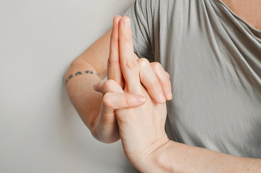 posizione mani Kali mudra