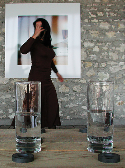 Energy Clothes, 2001, performance réalisée à l'Atelier Calder. Crédit photo : Jean-Luc Cormier, Atelier Calder, Saché, 2001