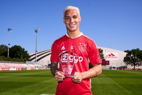 Em grande fase, Antony recebe o prêmio de Gol do Mês no Ajax