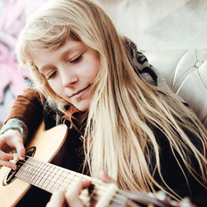 Alice Phoebe Lou: Street Singer Ascends