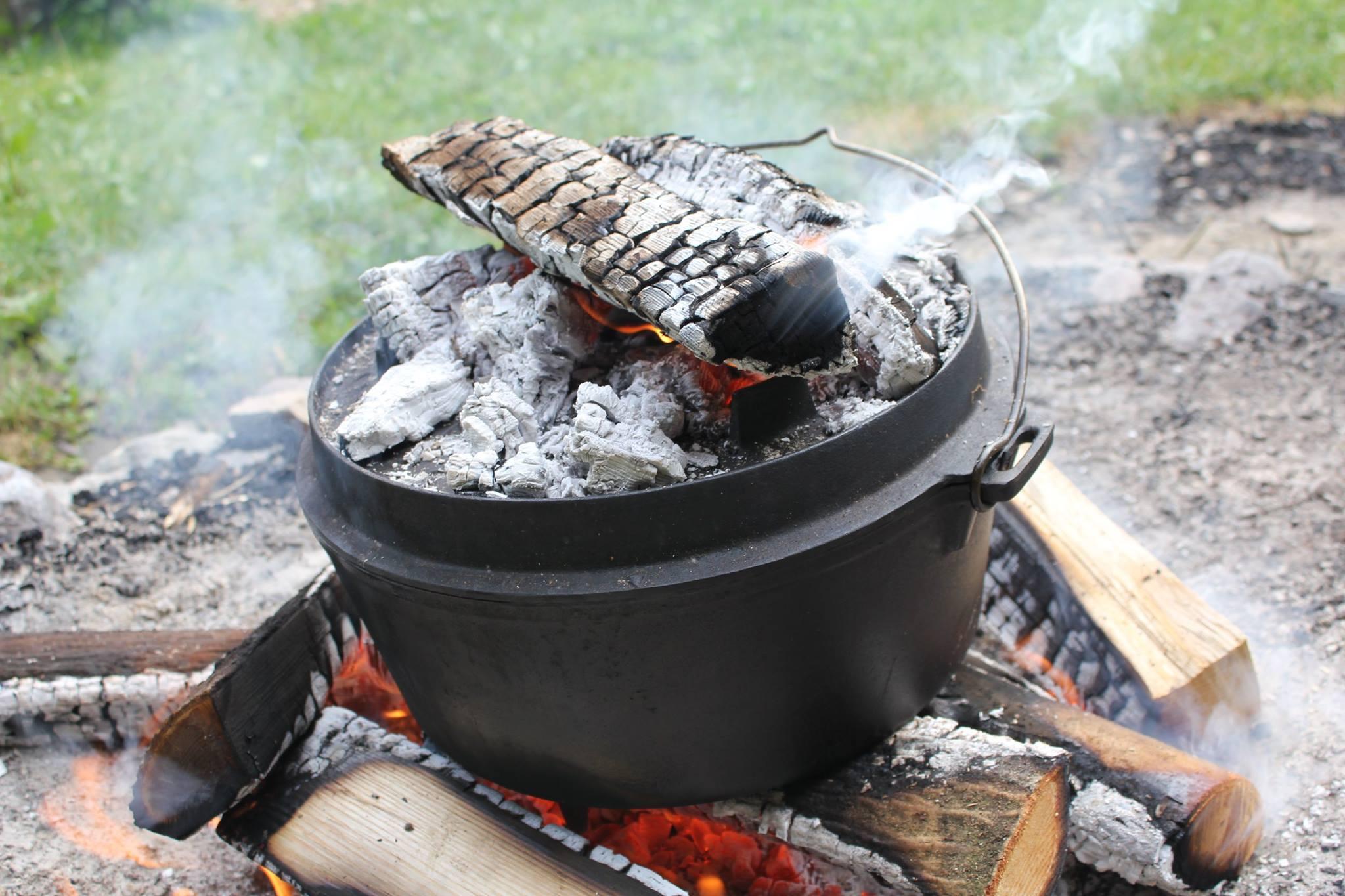 Kochen am Feuer mit dem Dutch Oven