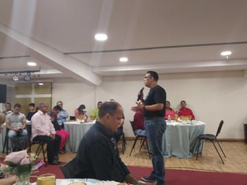 Pastores confraternizam no último dia do ano, no MIR